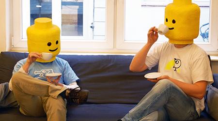 Markus Frank und Gilg Frick von zumspass.com beim Tee trinken